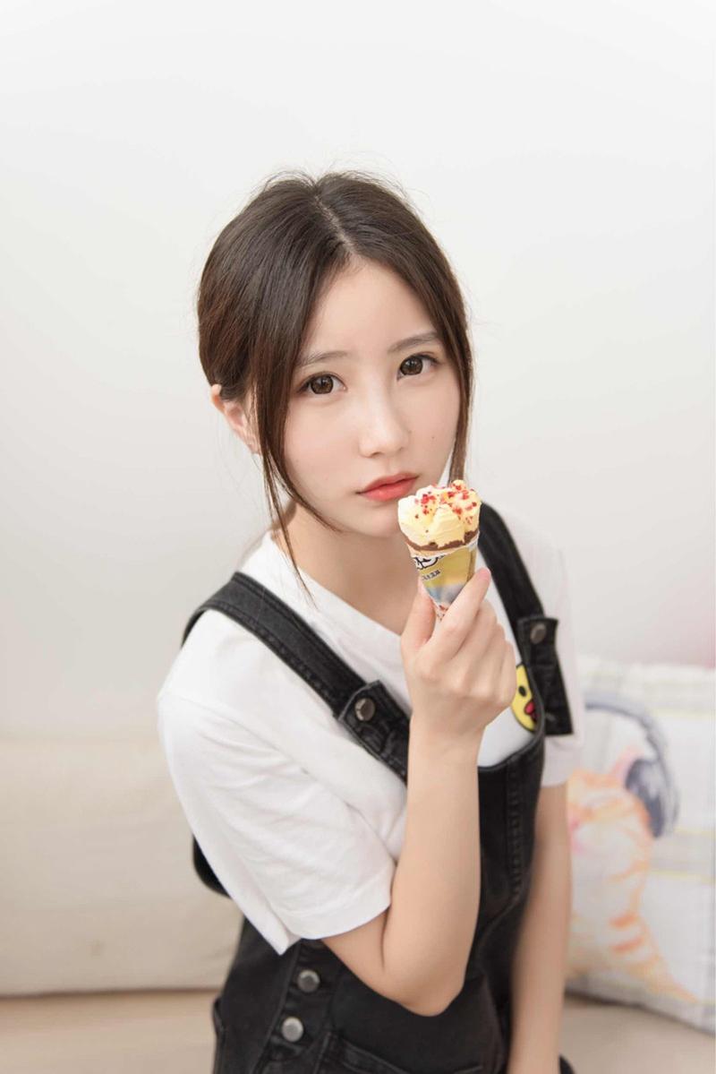 清纯大眼萌妹吃冰激凌清新唯美私照
