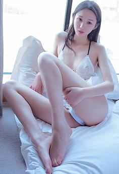 俏丽美女白沫抬腿抛媚眼让人冲动