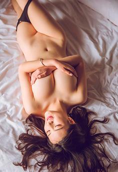 性感尤物大胆蕾丝透视秀白嫩美体