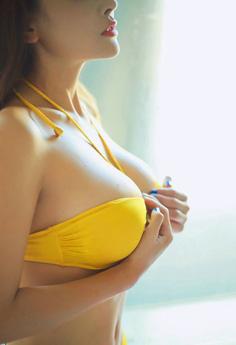 性感巨乳美女穿黄色比基尼浴池里诱惑无比