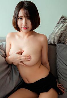 短发美女奈奈沙发上裸身嫩乳尽露