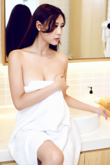长发御姐乐乐写真浴巾遮不住美胸