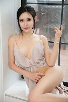 美女何晨曦展示自己性感与完美的身材