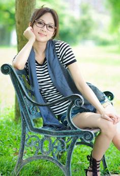 台湾可爱美眉果子户外眼镜清新写真