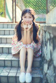小清新甜美妹子双马尾吊带裙清纯写真