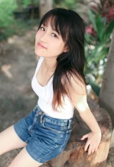 清纯美女穿牛仔短裤户外写真可爱迷人