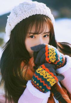 小清新美女冬日雪地里皮肤白皙清纯迷人